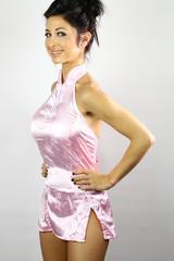 Belle femme eurasienne en tenue traditionnelle chinoise
