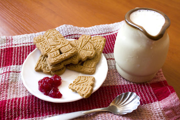 Spice cookies with milk