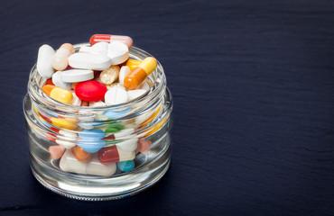 Tabletten, Dragees, Pillen im Glas