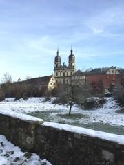 Blick über Mauer auf Kloster Schöntal