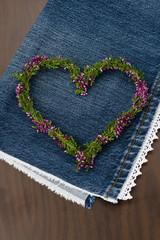 Herz aus Blumen auf Jeansstoff
