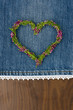 canvas print picture - Herz aus Blumen auf Jeansstoff