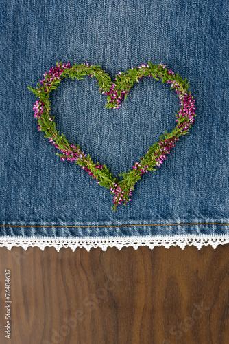 canvas print picture Herz aus Blumen auf Jeansstoff