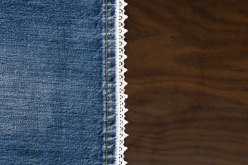 Jeans mit Spitze auf dunklem Holzhintergrund