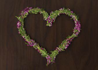 Herz aus Blumen auf Holz