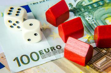 Rote Häuser und Würfel auf Euroscheinen