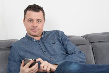 Homme sur un canapé