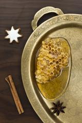 Honig mit Dekoration auf einem Messingtablet