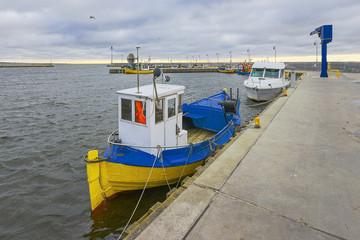 Łodzie rybackie w małym porcie , Morze Bałtyckie