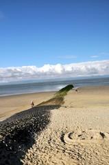 Eine Buhne ragt senkrecht ins Meer