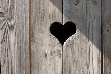 Herz in einer Holztür