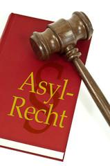 Richterhammer mit Buch und Asylrecht