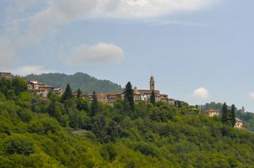 На вершине горы в регионе Лигурия, в провинции Империя (Италия)