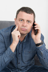 Homme au téléphone surpris