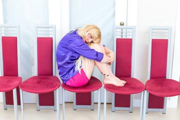 Blonde Frau sitzt