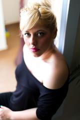 Blonde Frau im Wohnzimmer