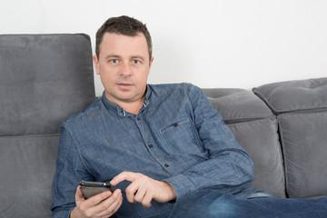 Homme en train d'envoyer un Texto