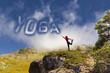 Ragazza con scritta yoga con le nuvole
