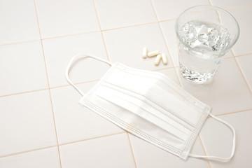 風邪対策イメージ―薬と水とマスク