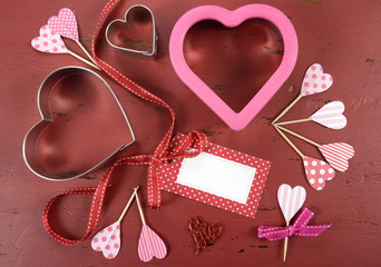 Valentinered vintage wood background with cookie cutters