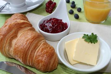 kleines Frühstück mit Croissant und Marmelade