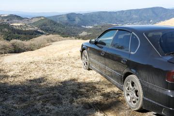 山々と車のサイドビュー
