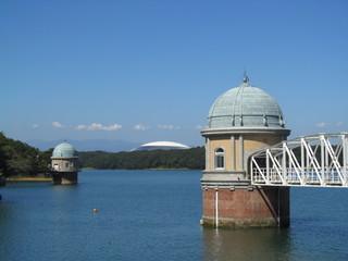 取水塔のある湖