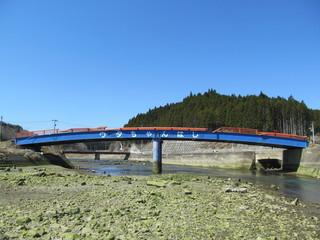 田舎町の青い橋