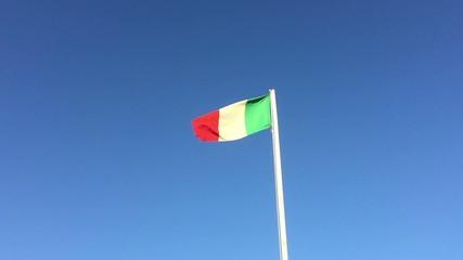 Video clip di bandiera in giornata ventosa, velocità normale