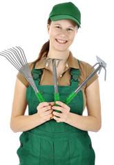 Gärtner in grüner Latzhose mit Garten-Werkzeugen
