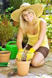 Frau bei Gartenarbeit auf Terrasse