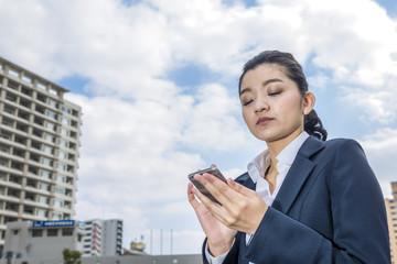 スマートフォンと働く女性