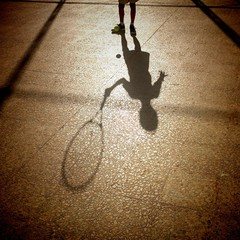 Sombra de niño jugando al frontón