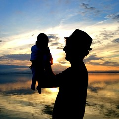 Padre sosteniendo orgulloso a su hijo