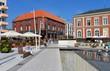 Leinwanddruck Bild - Platz mit Wasserspielen in Swinemünde