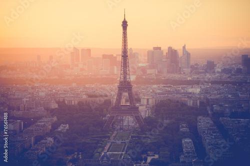 obraz PCV Zachód słońca na wieży Eiffla w Paryżu z rocznika filtrem