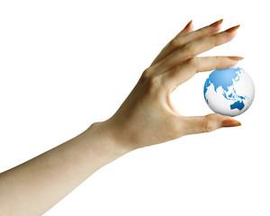 地球と女性の手
