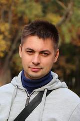 Портрет молодого мужчины в парке