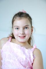 Портрет девочки блонинки в розовом платье