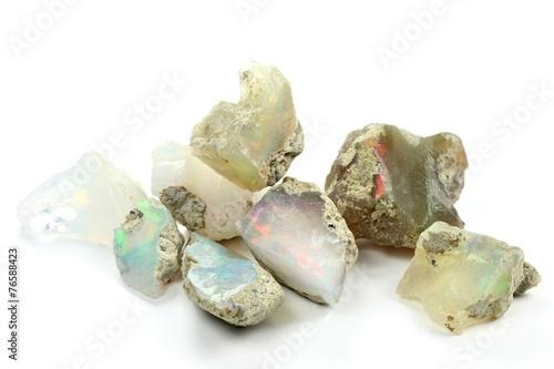 Poster Edelsteen Opale isoliert auf weißem Hintergrund