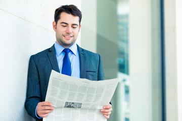 Manager liest Business Zeitung