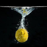 limone splash in fondo nero