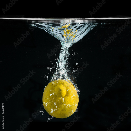 limone splash in fondo nero - 76591027