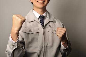 作業服を着ている笑顔でやる気がある社員