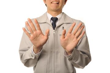 困った顔をしている作業服の男性