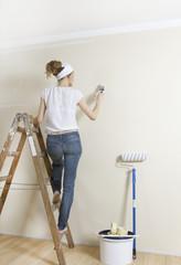 Frau renoviert Wohnung
