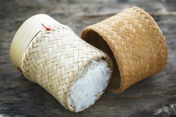 Riz blanc et son panier en bamboo