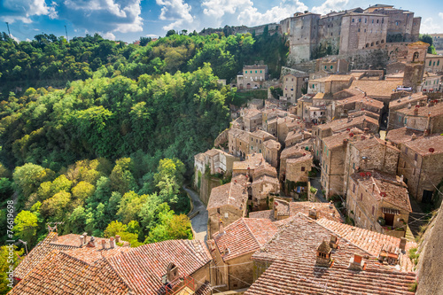 Zdjęcia na płótnie, fototapety, obrazy : View of a green valley in Sorano over red roofs, Italy