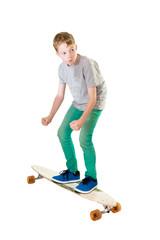Junge auf einem Longboard Skateboard