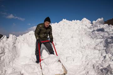 除雪をするシニア